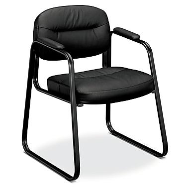 Basyx par HON – Chaise d'invité empilable HVL653, base traîneau, accoudoirs fixes, cuir noir SofThread