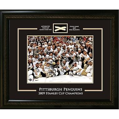 Photo encadrée d'équipe des Penguins de Pittsburgh pour la coupe Stanley 2009, avec morceau de filet utilisé en partie