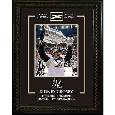 Sidney Crosby, photo encadrée avec signature gravée et morceau de filet utilisé en partie, coupe Stanley des Penguins en 2009