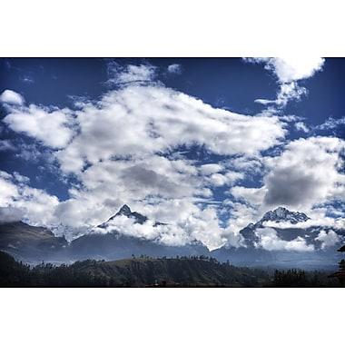 Montagnes pyramidées et nuages de Nalbandian, toile, 24 x 36 po
