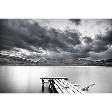 Quai sur le lac et montagnes ennuagées de Nalbandian, toile, 24 x 36 po