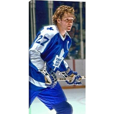 Darryl Sittler, toile non autographiée, Temple de la renommée du hockey, Leafs en bleu, gros plan, vert., 14 x 28 po