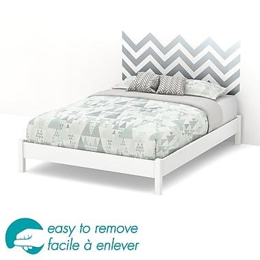 South Shore – Grand lit plateforme sur pieds de 60 po Step One avec décalcomanie de chevron gris pour tête de lit, blanc