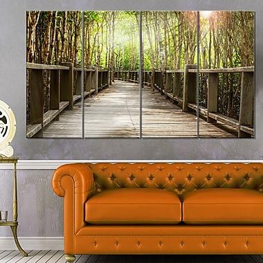 Art mural en métal, pont en bois dans la forêt, paysage