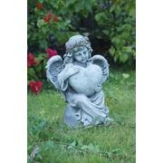 Hi-Line Gift – Jeune ange assis et tenant un cœur