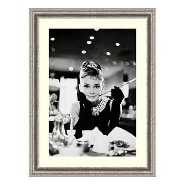 Amanti Art – Reproduction encadrée d'Audrey Hepburn dans « Diamants sur canapé », 25 x 33 po (DSW3582644)