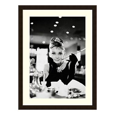 Amanti Art – Reproduction encadrée d'Audrey Hepburn dans « Diamants sur canapé », 24 x 32 po (DSW3583206)
